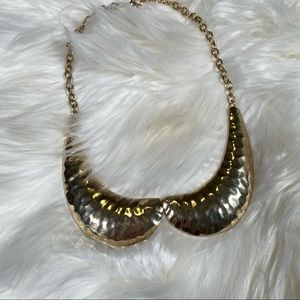 Shirt collar necklace in gold - bib necklace style
